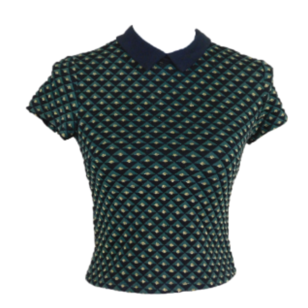 Zöld-fekete-arany mintás, rövid fazonú, galléros felső. Hátul nyaknál két gombbal záródik.