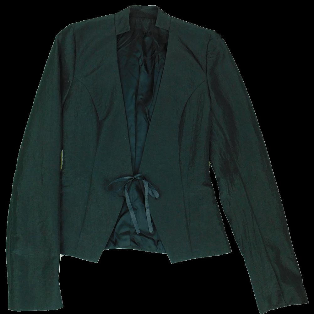 Fekete, karcsúsított, rövidített szabású, gyűrt anyagú blézerkabát, mely derékrészen fekete szalaggal záródik. Hozzá illő, hátul cipzáras, alakot követő szoknya, alján szolid fodor rátéttel.