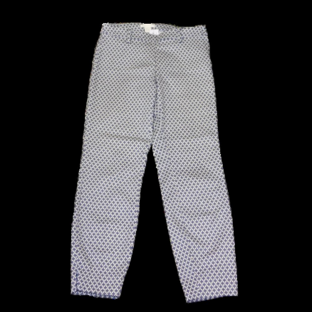Fehér alapon kékesszürke mintás, enyhén rugalmas anyagú, háromnegyedes nadrág. Övtartóval, oldalán rejtett cipzárral.
