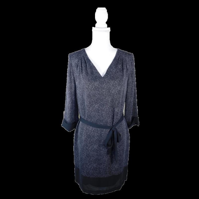 Fekete, V-kivágású, háromnegyedes ujjú ruha, fehér apró pöttyökkel, kötővel.