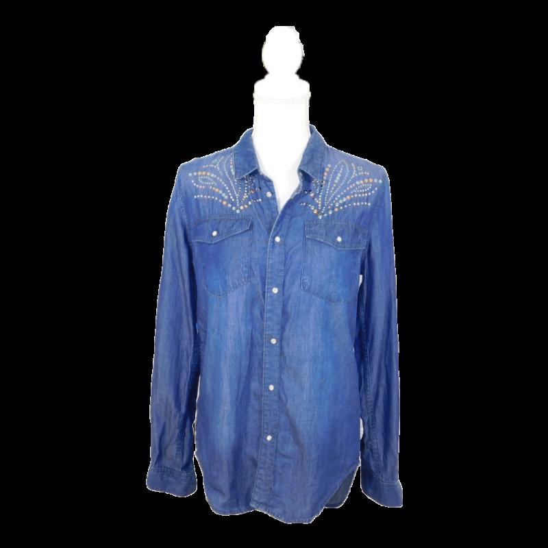 Közép farmerkék, egyenes szabású ing, vállrészen színes szegecses díszítéssel. Patenttal záródik. Hátul hosszabb.