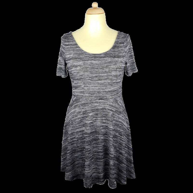 Középszürke, rövidujjú, alul enyhén harang alakú ruha. Hátul nyakánál ezüst színű fém cipzár van